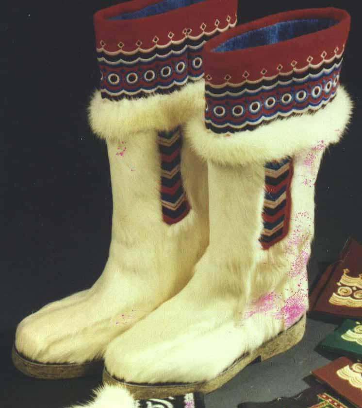 Обувь - сделана из оленьих камасов (мех с ног), манжеты вышиты бисером, отделаны медными бляшками - (5, 5 тыс. руб...